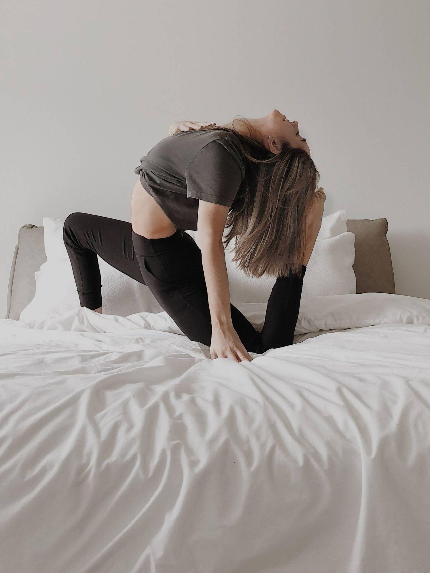 Posturas de yoga que puedes hacer sin salir de la cama. (Mathilde Langevin para Unsplash)