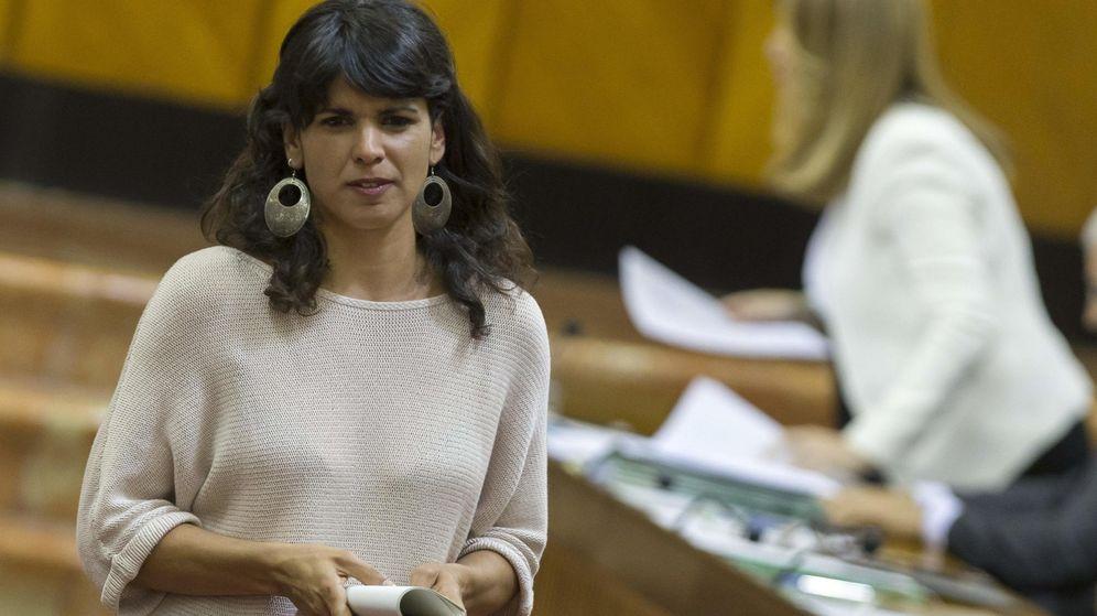Foto: La líder andaluza de Podemos, Teresa Rodríguez (i), pasa ante Susana Díaz. (EFE)