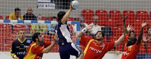 España logra, sin brillo, el billete para el Mundial