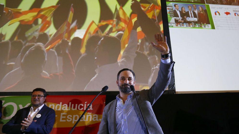 Foto: Santiago Abascal, junto al candidato de Vox en Andalucía, Francisco Serrano, durante la celebración de resultados en Sevilla, el 2 de diciembre de 2018. (Reuters)