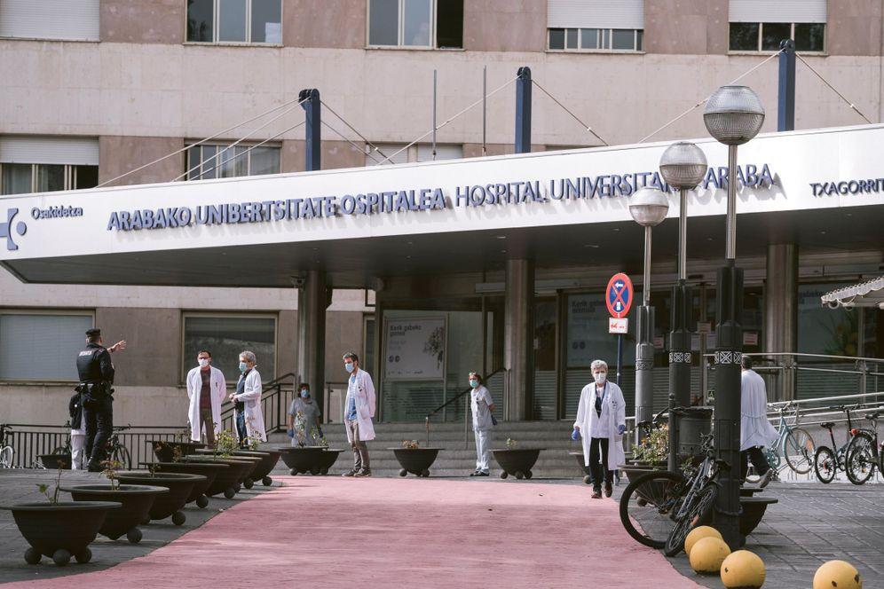 Foto: Concentración en el hospital de Txagorritxu este viernes al mediodia en homenaje a la enfermera fallecida por Covid-19. (EFE)