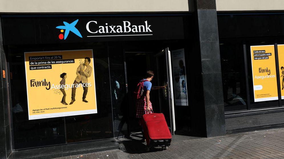 Foto: Los clientes de Caixabank y Banco Sabadell, alarmados por la situación en Cataluña (REUTERS)