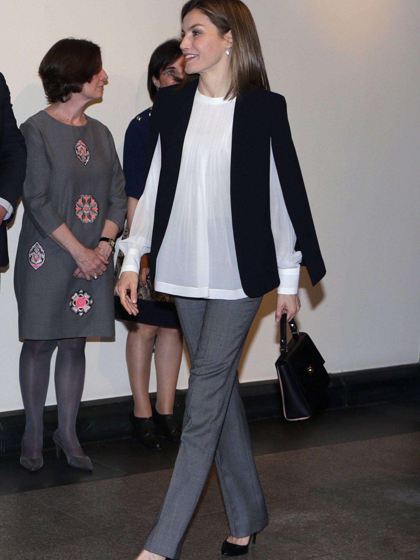 Otro look de la Reina con la famosa capa de Zara.
