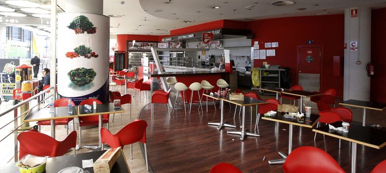 Foto: Una de las cafeterías cerradas en la T4. (EFE)