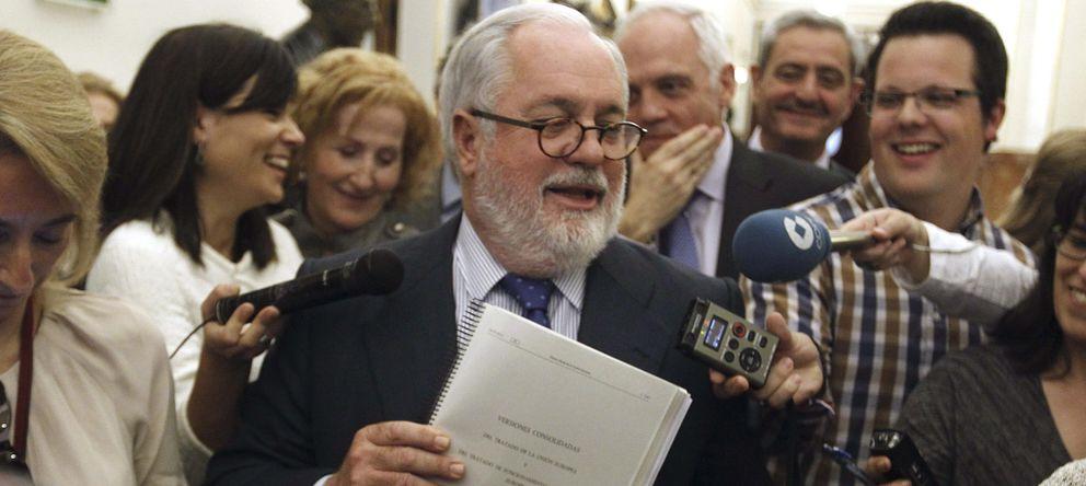 Foto: El ministro de Agricultura, Miguel Arias Cañete, atiende a la prensa. (EFE)