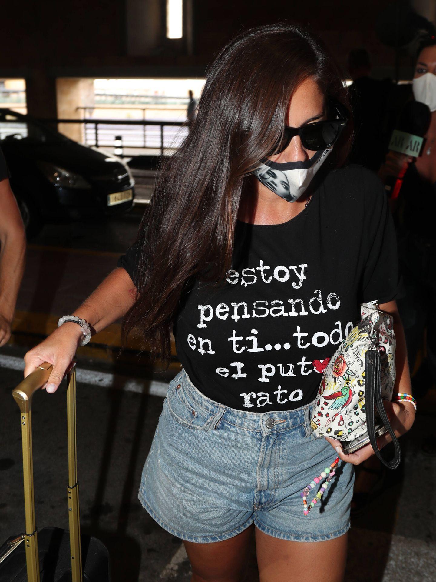 Anabel embarca en el aeropuerto de Sevilla rumbo a la boda. (Gtres)