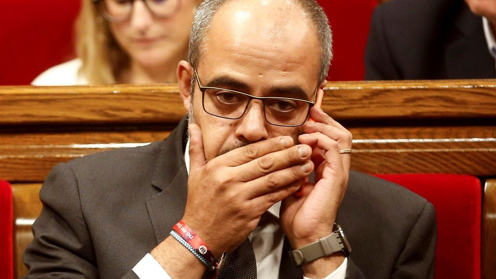 Foto: El conseller de Interior, Miquel Buch, habla por teléfono, tras la comparecencia del presidente de la Generalitat, Quim Torra. (EFE)