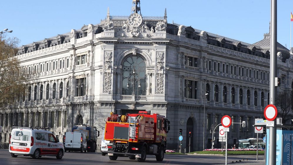 Foto: Un vehículo de la UME ante el edifico del Banco de España (EFE)