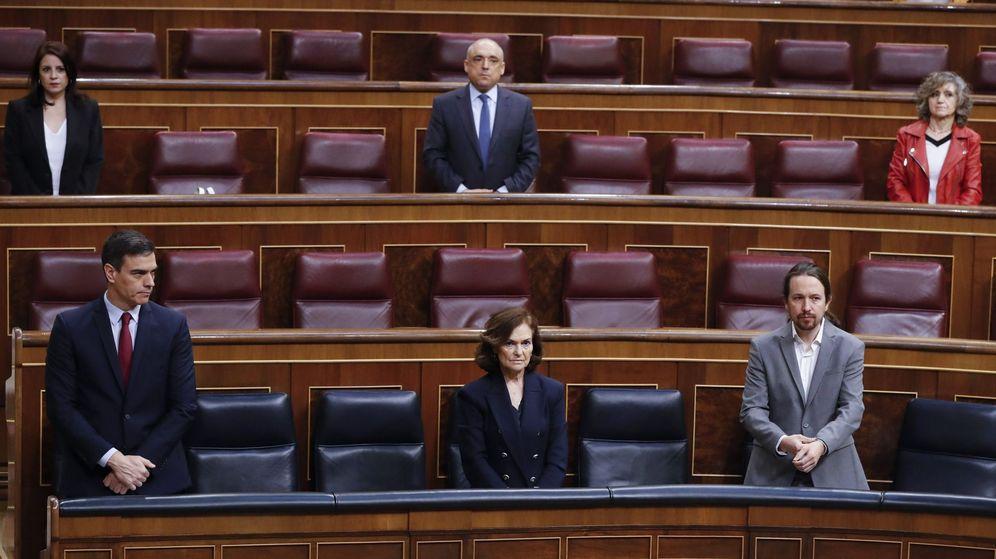 Foto: El presidente del Gobierno, Pedro Sánchez, y los vicepresidentes Carmen Calvo y Pablo Iglesias, durante el minuto de silencio en la sesión de control de este miércoles. (EFE)