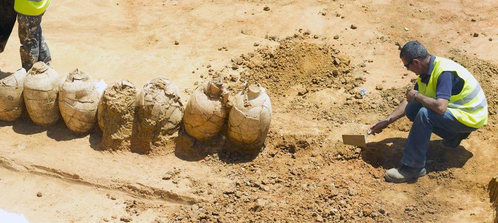 Foto: Ánforas romanas encontradas en las obras de un aparcamiento de Puerto Real, Cádiz (EFE)