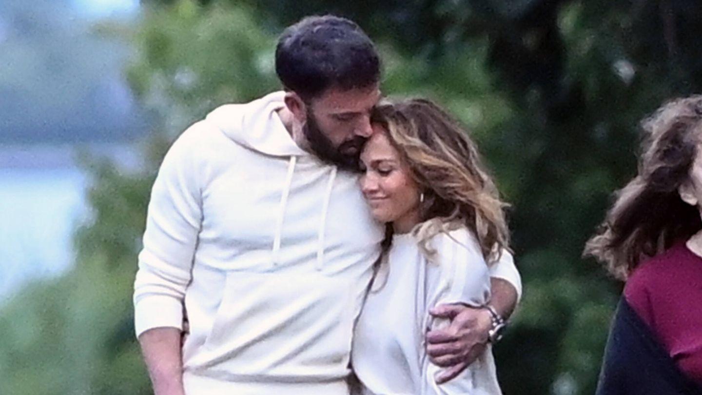 Jennifer Lopez y Ben Affleck, durante su paseo por los Hamptons de Nueva York. (Gtres)