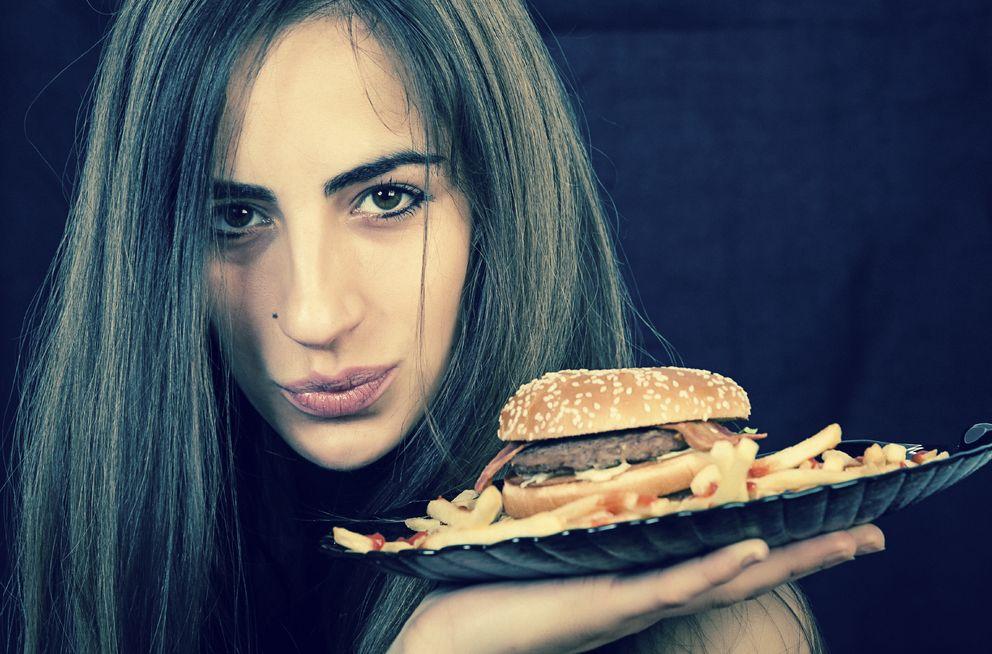 Foto: ¿Qué lleva la comida basura para que aguante tanto tiempo sin descomponerse? (iStock)