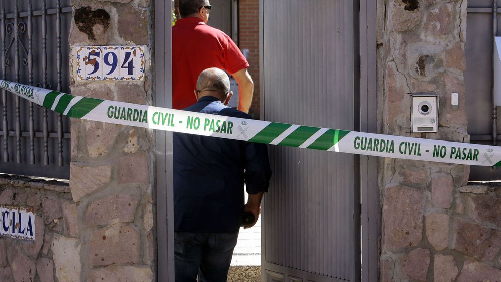 Foto: Puerta del chalet donde ha aparecido la familia descuartizada (EFE)