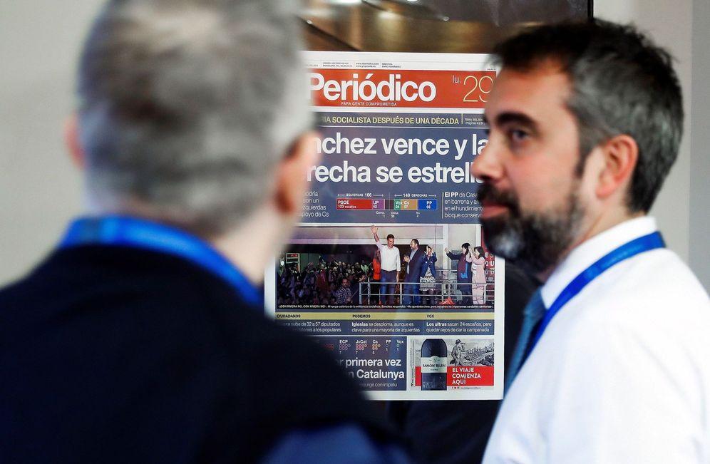 Foto: La portada de 'El Periódico' del 29 de abril cuelga ya de los pasillos del edificio Portavoz en la Moncloa. (EFE)