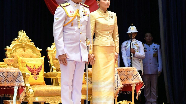 El rey Rama X, acompañado de la reina Suthida en una imagen de archivo. (EFE)