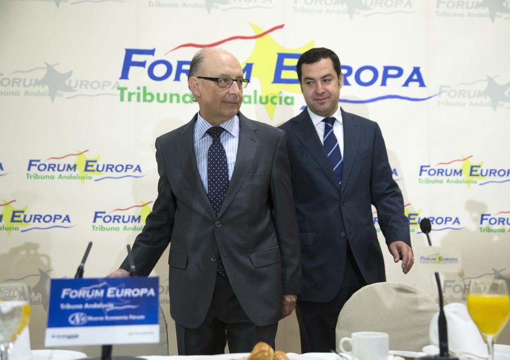 Foto: El ministro de Hacienda, Cristóbal Montoro), junto al presidente del PP-A, Juanma Moreno (Efe)