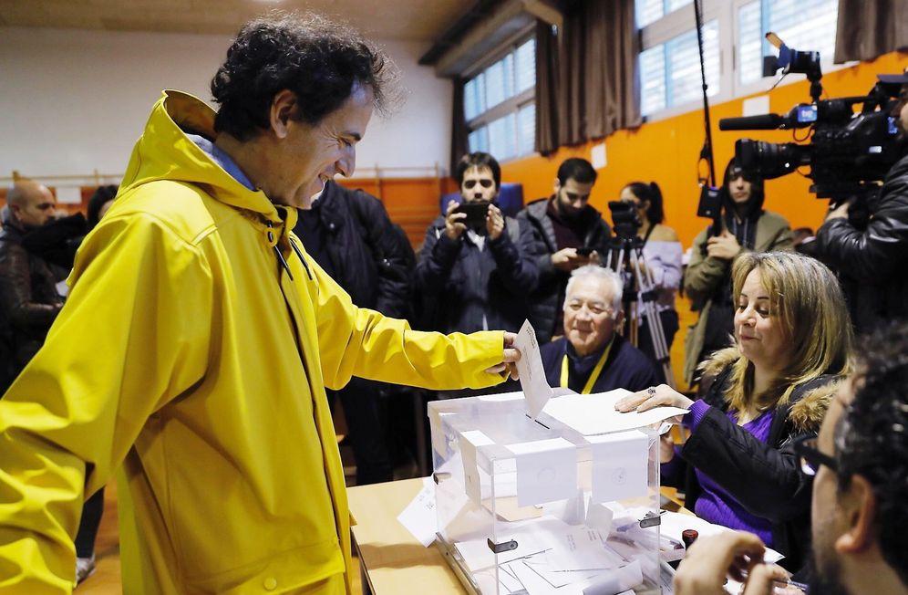 Foto: Un hombre vota vestido de amarillo- color elegido en solidaridad con Jordi Sànchez y Jordi Cuixart-  el 21-D. (EFE)