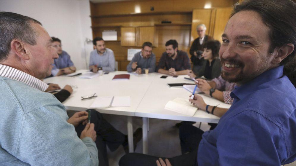 Foto: El líder de Podemos, Pablo Iglesias (d), durante la reunión que ha mantenido con representantes de los diputados de las diversas candidaturas de confluencia. (EFE)