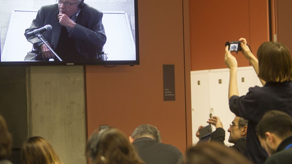 Foto: Una periodista toma una fotografía del monitor mientras declara el expresidente del Palau de la Música Fèlix Millet. (EFE)