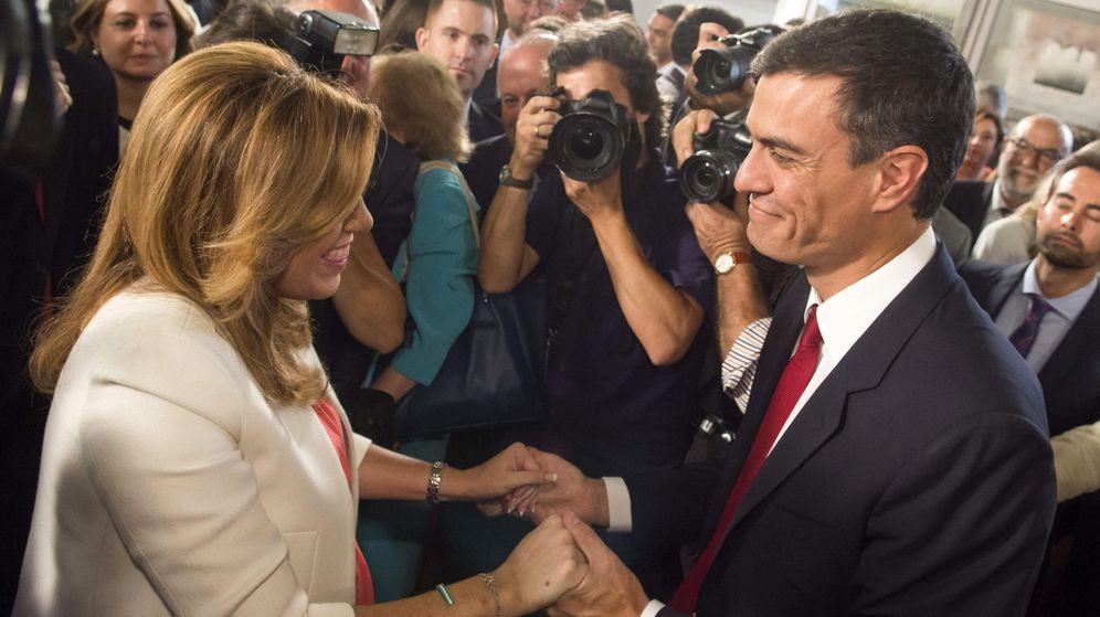 Foto: Susana Díaz recibe la felicitación de Pedro Sánchez en su toma de posesión como presidenta de la Junta de Andalucía, el pasado 14 de junio. (EFE)