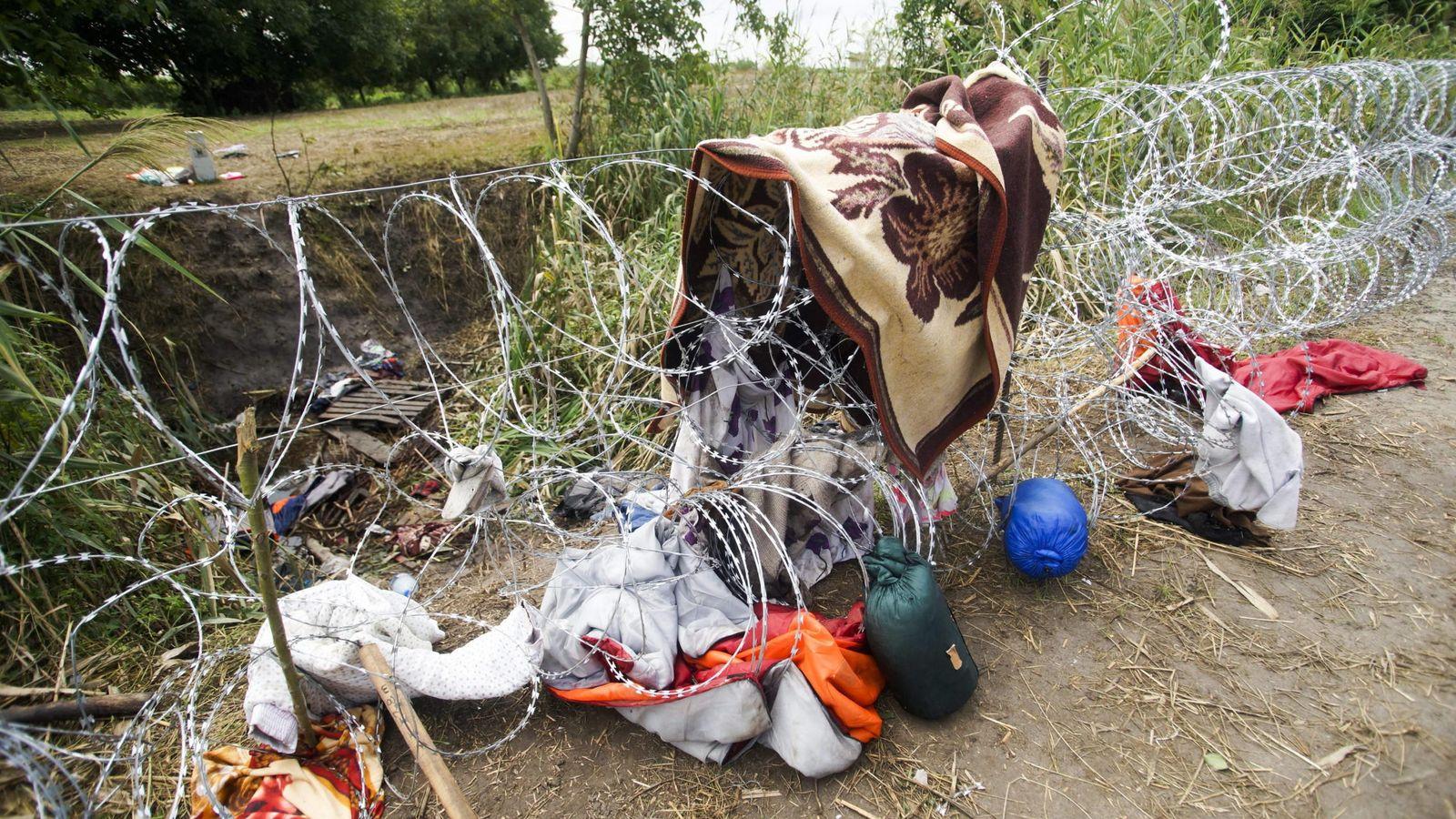 Foto: Ropas y objetos personales de los inmigrantes sobre la alambrada en Roszke, Hungría. (Efe)