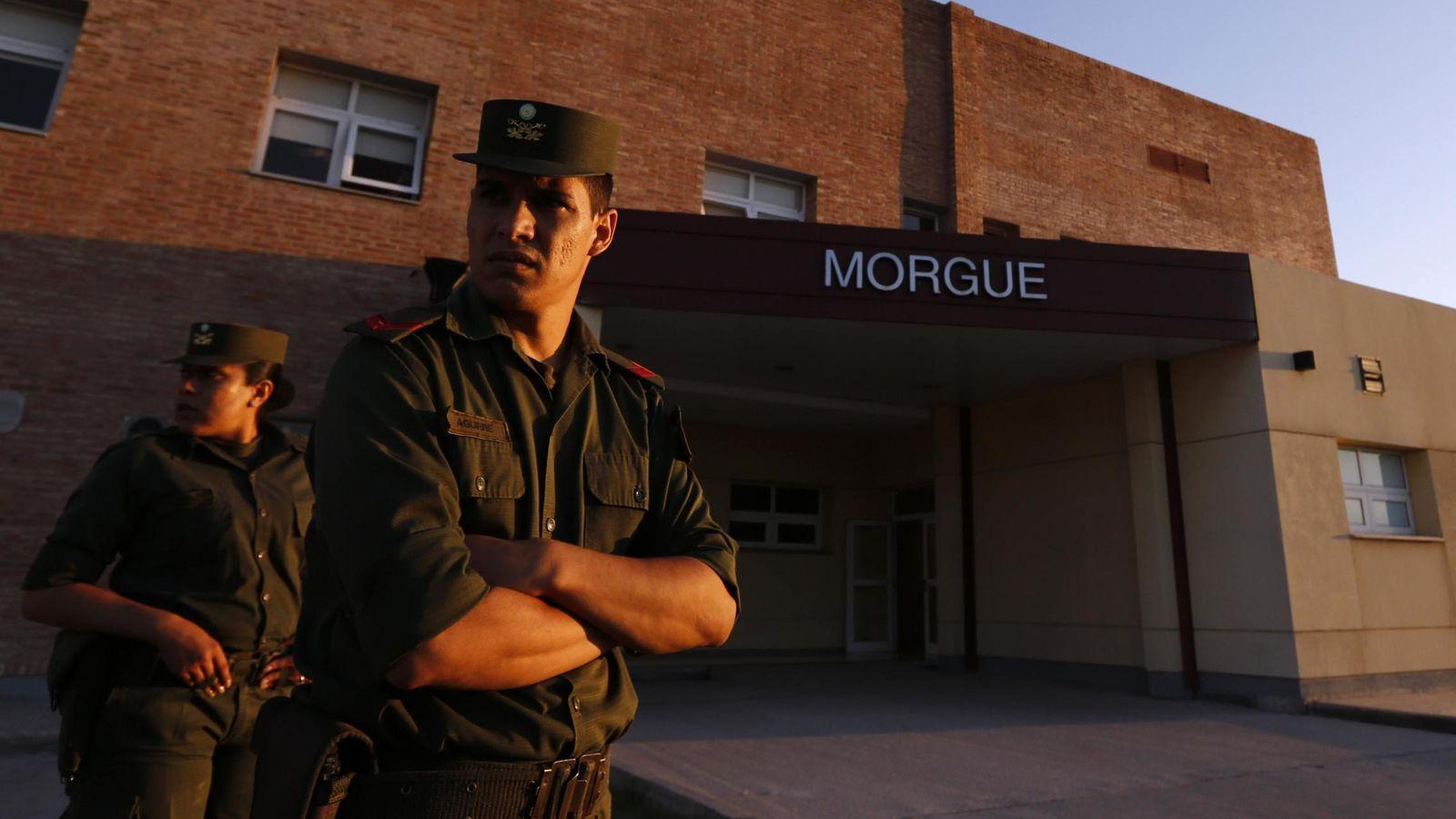 Foto: Policías de frontera argentinos frente a una morgue en La Rioja, en marzo de 2015