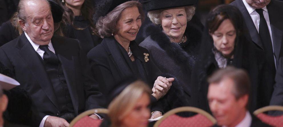 Foto: Los Reyes eméritos en el funeral de Fabiola de los belgas (Reuters)