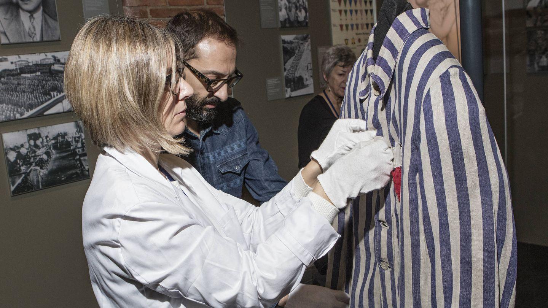 Montaje de textiles para la exposición sobre Auschwizt de Madrid