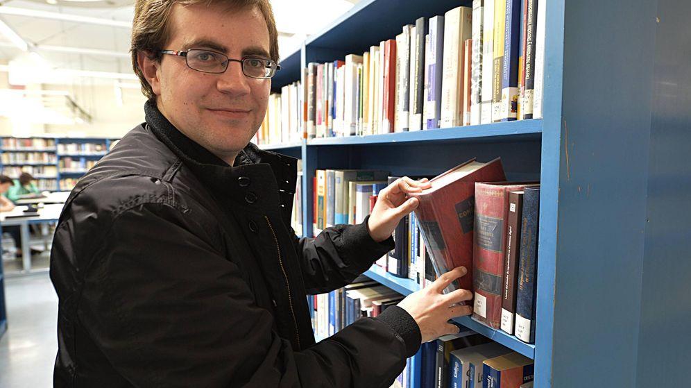 Foto: El periodista vasco Iker Rioja, autor del libro 'Dentro de lo normal'. (Antonio Gutierrez)