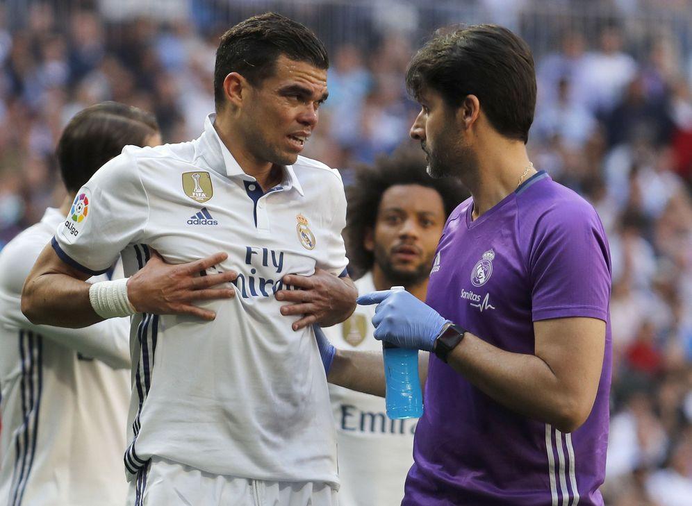 Foto: Pepe se lesionó ante el Atlético de Madrid en abril y ya no volvió a defender la camiseta blanca. (EFE)