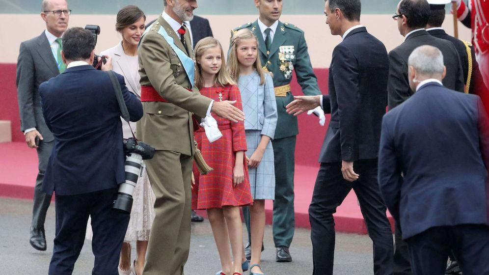 Foto:  El rey Felipe, junto sus hijas, la princesa Leonor y la infanta Sofía, se dispone a saludar al presidente del Gobierno, Pedro Sánchez. (EFE)