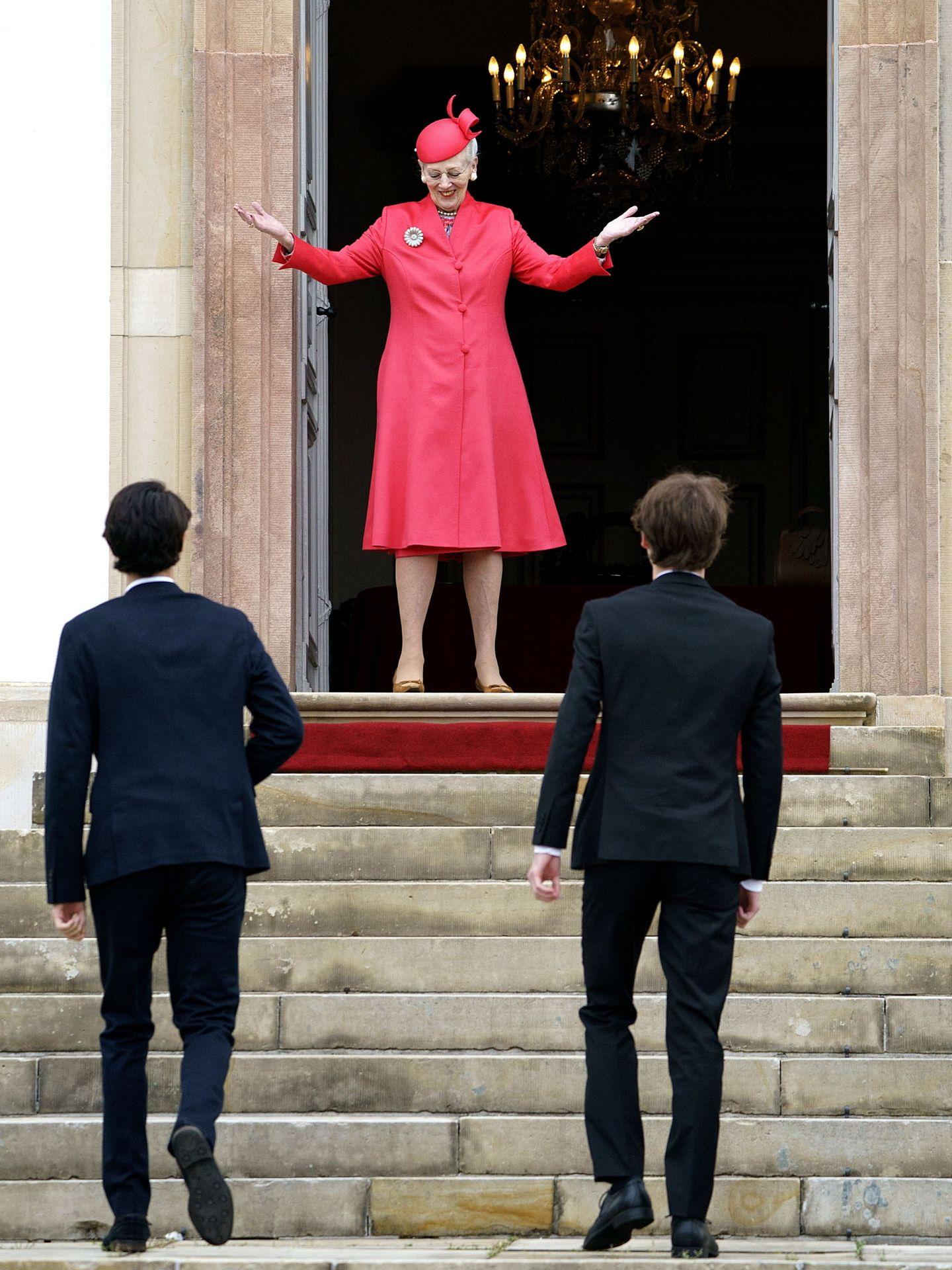 La reina Margarita recibiendo a su nieto en el día de su confirmación. (EFE)