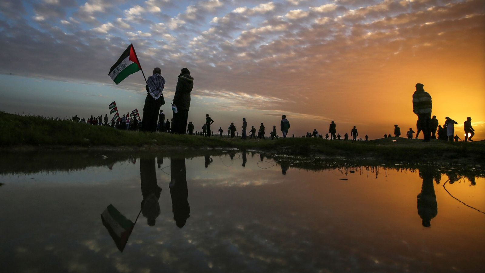 Foto: Varios palestinos acuden a las protestas de los viernes contra Israel en la ciudad cisjordana de Gaza. (EFE)