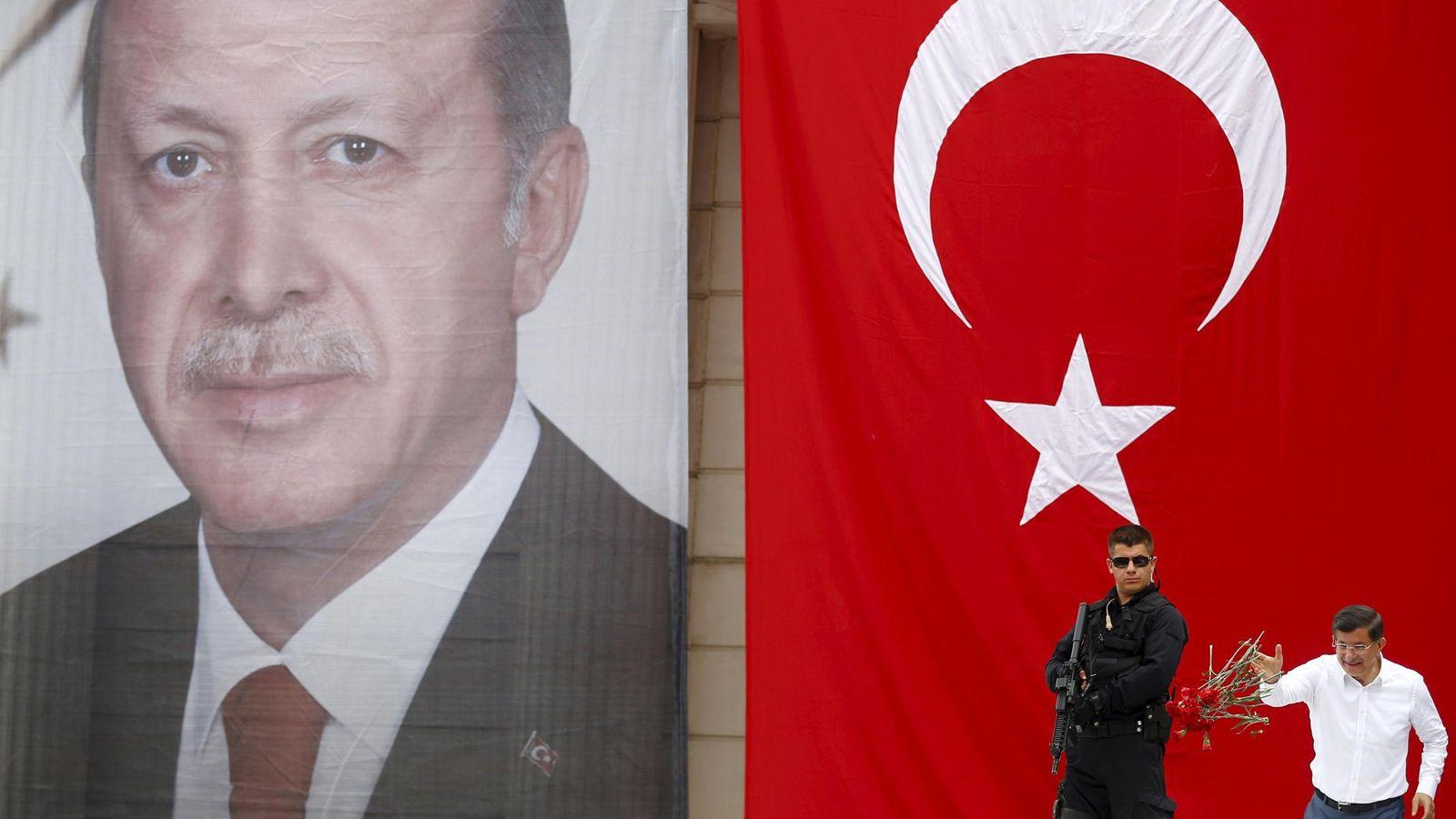 Foto: Un cartel de Erdogán preside un discurso del primer ministro Davutoglu (Reuters).