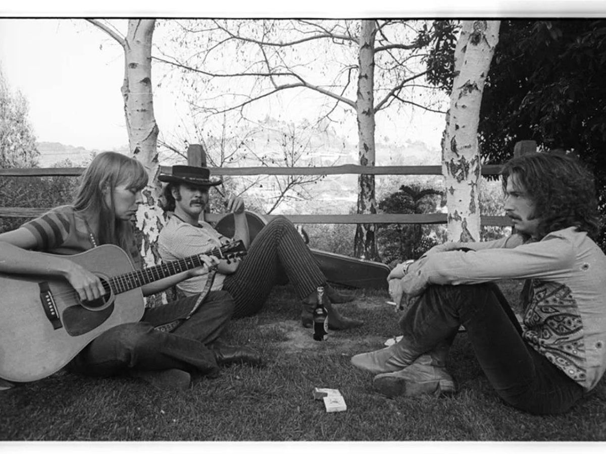 Foto: Joni Mitchell, David Crosby y Eric Clapton, en 1968, en Laurel Canyon.