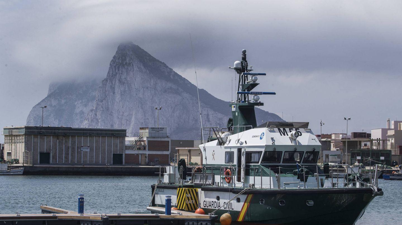 El buque de la Guardia Civil en el puerto de la Atunara. (Fernando Ruso)