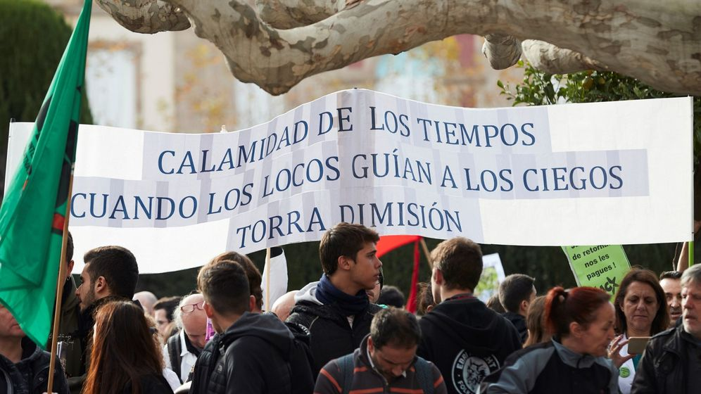 Foto: Miles de empleados públicos de la Generalitat y estudiantes se manifiestan contra los recortes. (EFE)