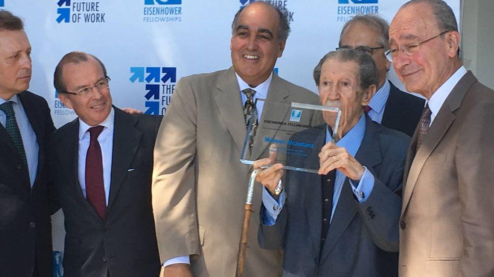 Foto: Manuel Alcántara recoge el Premio de la Fundación Eisenhower, junto a miembros de la fundación y el alcalde de Málaga. (Agustín Rivera)