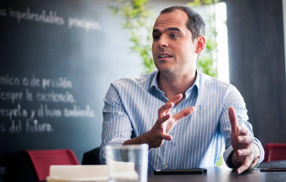 Foto: Ignacio Aguado, en la redacción de El Confidencial, durante la entrevista. (Foto: Carmen Castellón)