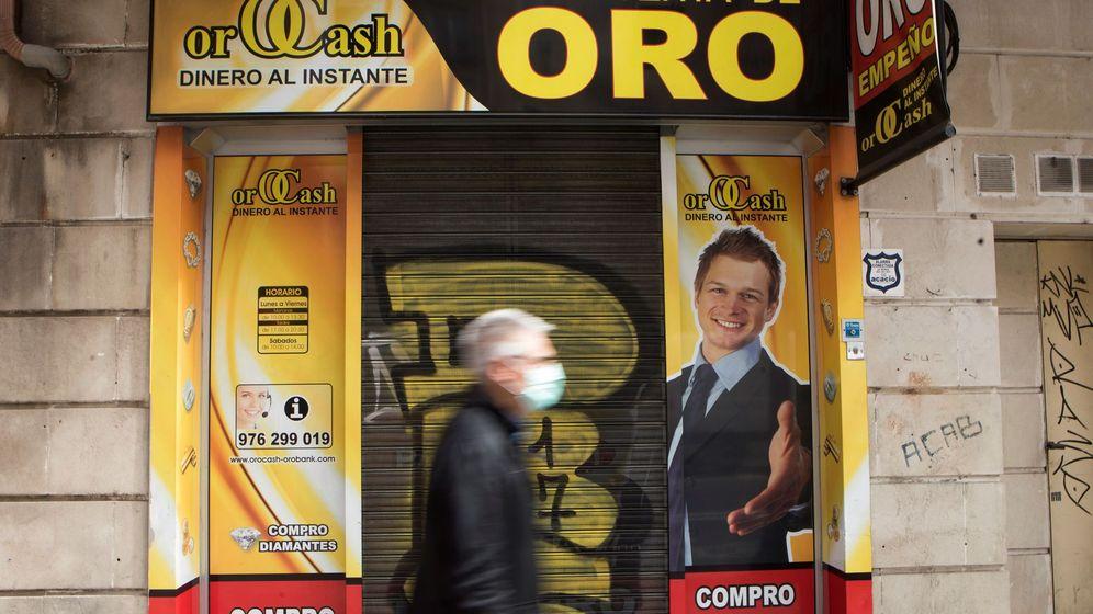 Foto: Un hombre pasa delante de un local de compra de Oro. (EFE)