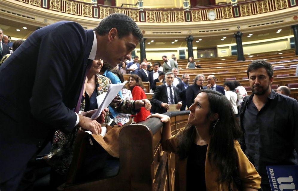 Foto: Pedro Sánchez charla con la diputada de Podemos Ione Belarra, este 17 de julio en el pleno del Congreso. (EFE)