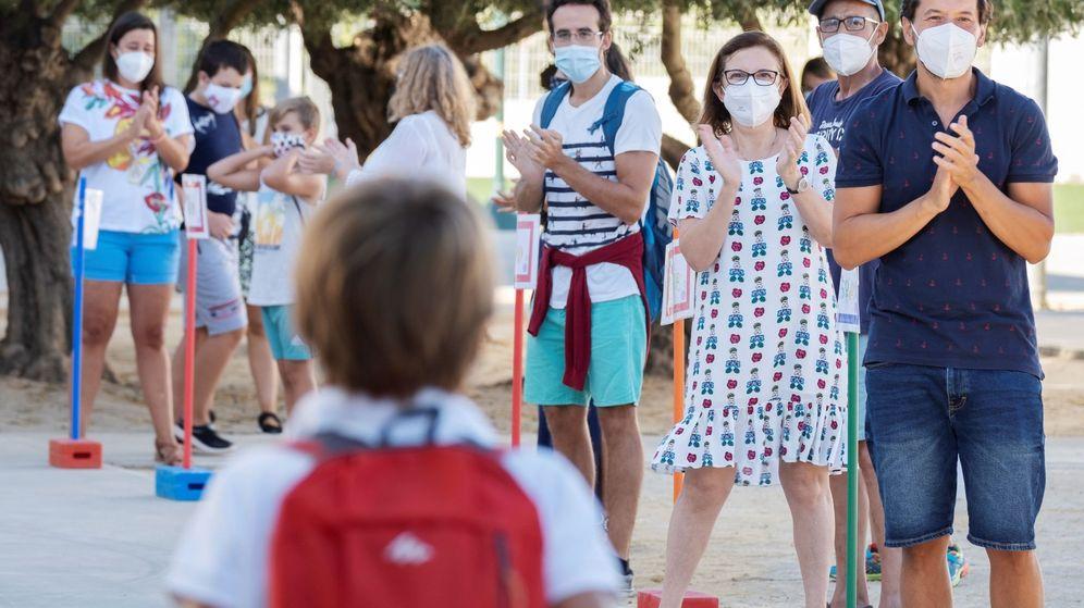 Foto: Bienvenida a los menores en un colegio andaluz. (EFE)