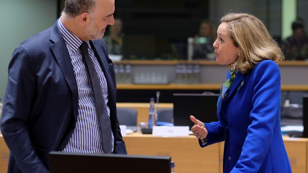 Foto: Pierre Moscovici charla con la ministra española de Economía, Nadia Calviño. (EFE)