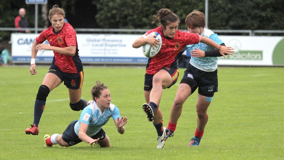 Foto: Patricia García se marcha de sus perseguidoras durante la final del preolímpico de Rugby 7 ante Rusia en Dublín. (EFE)