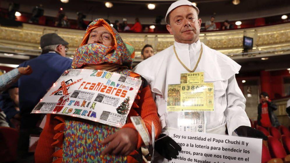 Foto: 'Camaleón' Cañizares y un hombre disfrazado de papa en el sorteo de la Lotería de Navidad de 2016 (EFE)