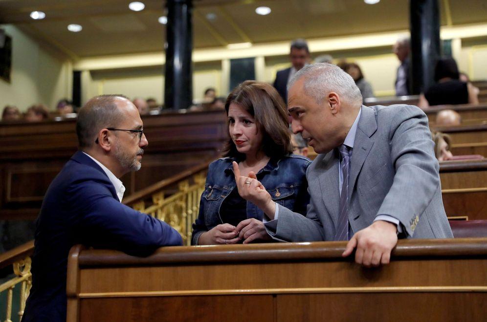 Foto: Los socialistas Adriana Lastra y Rafa Simancas charlan con el portavoz del PDeCAT, Carles Campuzano, este 4 de julio en el Congreso. (EFE)