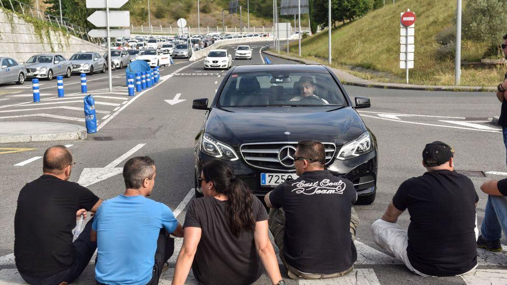 Foto: Huelga de taxis en Bilbao. (EFE)