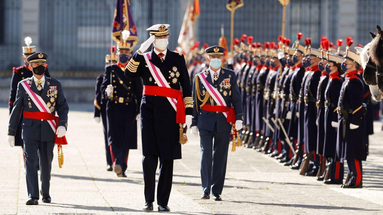 Felipe VI pasa revista a las tropas durante la ceremonia de la Pascua Militar. (EFE)
