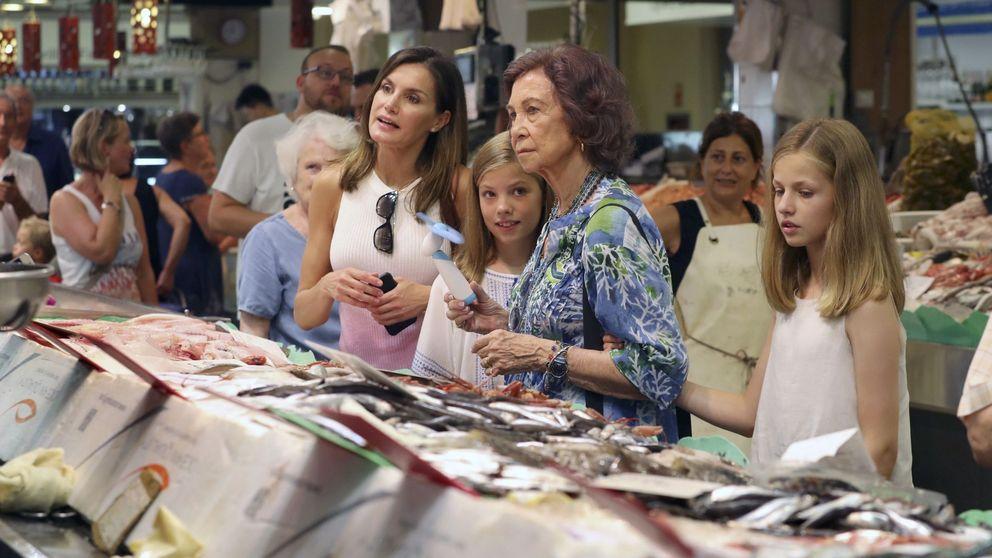 Las dos Reinas, la Princesa y la Infanta, visita sorpresa al mercado de Palma