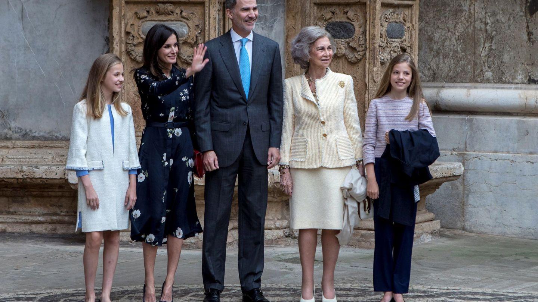 La Familia Real y la reina Sofía, tras la misa en la Catedral de Palma. (EFE)